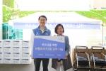 4월 13일 신한카드 위성호 사장(좌측)은  중림종합사회복지관에서 독거노인을 위한 봉사활동을 진행했다. (사진 우측은 중림종합사회복지관 이운희 관장)