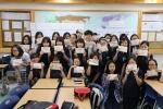 제3세계 빈곤 아동들을 위한 연필주머니 만들기 봉사활동에 동참한 문현중학교 학생들 모습이다