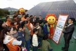 2015년 10월 대전 유성구 아동생활시설 천양원에서 태양광 발전설비를 설치한 후 한화임직원 및 시설관계자들에게 태양광 발전의 원리와 작동법 등에 대해 설명하고 있다