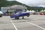 로우라이더 차량의 점프를 보여주고 있다