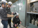 LG화학 오창1공장의 FLIR 열화상카메라 활용 설비를 점검하고 있다