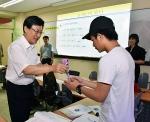학생들에게 직접 아이스크림을 나눠주며 응원하는 호원대학교 강희성 총장