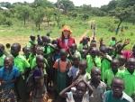 세계교육문화원 홍보대사 배우 유승옥이 아프리카 남수단 데레토 지역에서 봉사활동을 펼치고 있다