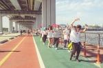서울문화재단이 춤을 통해 시민들이 자유롭게 표현하는 '서울댄스프로젝트'의 일환으로 3일부터 17일까지 토요일마다 100여 명의 '춤단'이 도심 곳곳에서 춤을 추는 '게릴라춤판'을