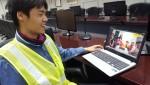 카타르 현장에서 근무하는 직원들이 보고싶은 가족들의 깜짝 영상을 보고 있다