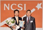 하나투어 김진국 대표이사(왼쪽)가 2016 NCSI 여행사 서비스업 부문 1위 수상 후 기념사진을 찍고 있다