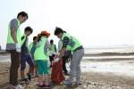 닭고기 전문기업 하림의 임직원과 소비자들로 구성된 '피오봉사단'이 지난 24일 충남 서천 해안에서 환경정화 활동을 펼쳤다