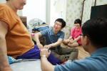 녹십자의 '매칭그랜트'에 참여한 임직원이 후원대상자의 가정을 방문해 자원봉사활동을 하고 있다
