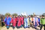 최양식 시장과 옛 신라시대 육부촌장 옷차림을 한 주요인사, 많은 시민과 관광객들과 함께 신라탐방길을 투어하고 있다