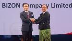 이중현 부사장(사진 왼쪽)이 우 탄 신 마웅 미얀마 교통통신부장관으로부터 상패를 전달받고 있다