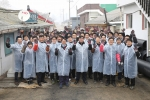 더존비즈온이 춘천연탄은행에 연탄 10만 장을 기부하고 회사 인근 지역의 소외된 이웃들을 직접 찾아 연탄배달 봉사활동을 펼쳤다.