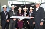 아메리칸 항공과 인천 국제공항 임원진들이 보잉 787-9 드림라이너 항공기 도입을 축하하는 기념 사진을 촬영하고 있다 (왼쪽부터) 김태식 아메리칸 항공 인천공항 지점장, 러스 포트