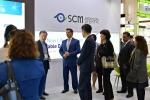 송순욱 SCM생명과학 대표이사가 쿠웨이트 보건부 장관과 대표단을 만나 자사의 기술을 설명하고 있다