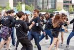 서울문화재단이 서울거리예술축제2017을 이끌어 갈 자원활동가 310명을 모집한다. 사진은 2016년 서울거리예술축제 자원활동가