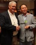 애스펙트 소프트웨어 영업 부사장 톰 체임벌린 이 ECS 텔레콤 CEO 현해남 사장에게 올해의 글로벌 채널 파트너 상을 수여하고 있다