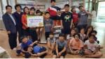 사랑의 도시락 나눔을 위해 동구 천동 굿프랜드 지역아동센터를 방문한 한국조폐공사 직원들이 굿프랜드 아이들이 함께 사진을 촬영하고 있다