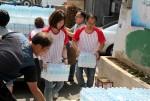 열매나눔재단 임직원들이 쪽방 주민들에게 얼음생수를 지원하고 있다