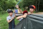 국립평창청소년수련원 야영장에서 야영캠프 참가 청소년들이 텐트를 설치하고 있다