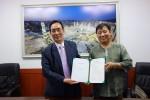 최성철 한국할랄수출협회장(오른쪽)과 김동수 한국이슬람교 할랄위원장이 해외 할랄시장 수출실적 제고를 위한 업무 협약을 체결하고 있다