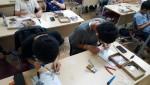 드론 교육에 참석한 학생들이 직접 드론을 조립하고 있다