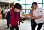 국립중앙청소년수련원 전 직원 합동 소방훈련에 참여한 직원들이 응급환자 구조를 하고 있다