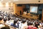 포항시 과학자와의 만남 Science in City Hall에서 무카노프 교수가 양자 우주를 주제로 청소년들에게 강연을 하고 있다