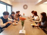 아침 시간 모지세 사내 카페에서 직원들이 회사에서 제공하는 아침식사를 하고 있다