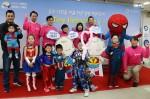 대한신생아학회가 주최한 2017 이른둥이 희망찾기 Tiny Heroes Day에서 영웅 의상을 입은 이른둥이 아이들이 의료진과 함께 포즈를 취하고 있다