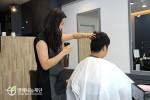 미용실을 찾은 손님의 머리를 손질 중인 김수희씨