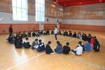 국립평창청소년수련원 체육관에서 스쿨업캠프 참가 청소년들이 유대감 형성을 위한 미션활동을 청소년 지도자로부터 설명을 듣고 있다