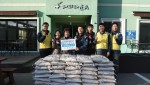 29일 영흥사업처 직원들과 해피타운 원장이 쌀 전달 후 기념 촬영을 하고 있다