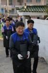 한국전기공사협회가 사랑의 연탄나눔 등 다채로운 봉사활동을 실시했다. 사진은 연탄나눔 봉사활동 중인 류재선 회장