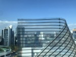 디스플레이허브가 얇은 투명필름 형태의 휘는 전광판을 출시했다. 사진은 투명 필름전광판 모듈