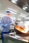 동원홈푸드가 운영하는 가정간편식 전문 브랜드 더반찬의 조리공장이 한국식품안전관리인증원으로부터 식품안전관리인증기준을 획득했다