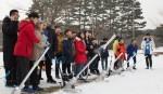 국립중앙청소년수련원 겨울방학 푸른별 우주과학 캠프 참가 청소년들이 에어로켓을 만들어 날리고 있다