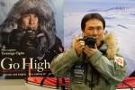 북극 탐험가 오기타 야스나가가 단독 남극 탐험 성공 후 기자회견장에서 포즈를 취하고 있다