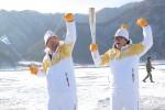 2018 평창 동계올림픽의 성화가 25일 빙어 축제로 유명한 인제를 달리며 올림픽 주경기장에 한발 더 가깝게 다가갔다