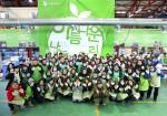 아름다운나눔보따리 포장작업을 위해 모인 아름다운가게 간사와 배우 김석훈 홍보대사 및 자원봉사자가 함께 기념사진을 촬영하고 있다