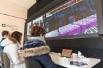 스위스 하우스 코리아 2018을 방문한 관람객들이 뇌 활동을 측정하는 헤드셋을 착용하고 사이배슬론의 뇌-컴퓨터 인터페이스 경주를 직접 체험해 보고 있다
