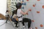 국립평창청소년수련원 청소년 활동에 참여한 청소년들이 실내 챌린지장에서 실내 암벽등반을 하고 있다