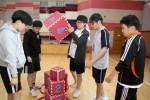 리더십 캠프 참가 청소년들이 하노이의 탑 프로그램에 공동 미션을 해결하고 있다