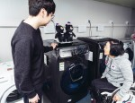 크로스컨트리 국가대표 이도연 선수(오른쪽)가 플렉스워시 세탁기의 사용법을 배우고 있다