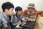 청소년 문화해설사 진로 체험 캠프에 참가한 청소년들이 문화해설사로부터 도움을 받아 고씨동굴에 대한 시나리오를 작성하고 있다