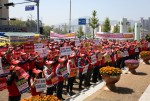 전기공사업계 400여명이 통영시청을 방문해 통영-고성 광역자원회수시설 일괄 발주에 항의하는 궐기대회를 개최했다