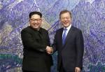 문재인 대통령, 김정운 위원장이 평화의 집에서 정상 회담에 앞서 악수를 하고 있다.