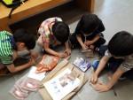 국립민속박물관 기획전시실 호모소금사피엔스 전시회의 학생들 체험학습 모습