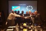 좌로부터 4번째 콩고 민주공화국의 대통령 정무수석 비서관 Theore Mugalu, 로커스체인 파운데이션의 최헌탁 이사, 김근영 이사가 업무 체결 후 기념촬영을 하고 있다