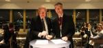 세계환자안전활동재단 이사 마이클 A. E. 램지 박사와 ANZCA 사장 데이비드 A. 스콧이 행동 서약서에 서명했다