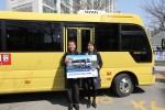 앨리슨 트랜스미션은 소형버스 2000번째 고객인 무지개 관광 소속 유종 씨(경기도 안산시)에게 소정의 선물과 감사의 마음을 전달하는 기념식을 가졌다