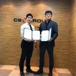 CS그룹 박철수 회장(우)와 디글로벌홀딩스 안승혁 부사장(좌)이 업무협약 후 기념사진을 촬영하고 있다